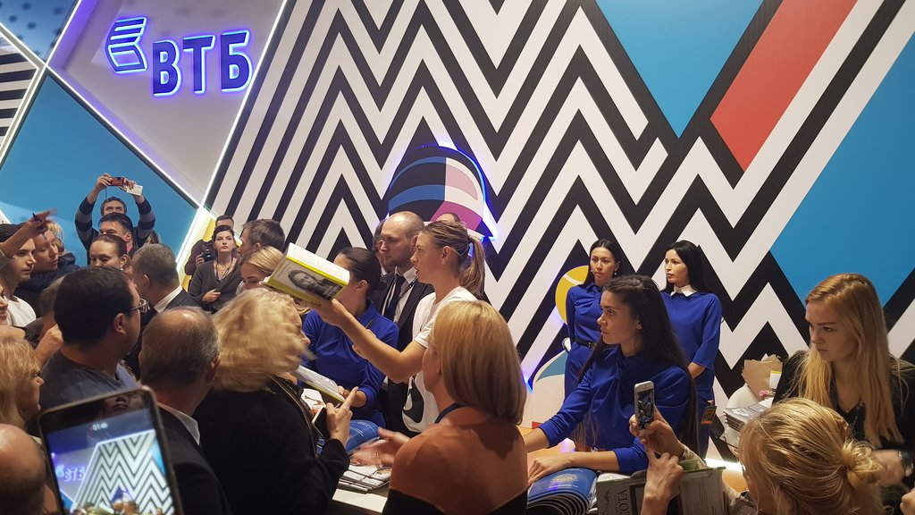 Autograph session of Maria Sharapova was held on the bank VTB booth